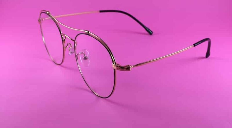 bril met roze achtergrond